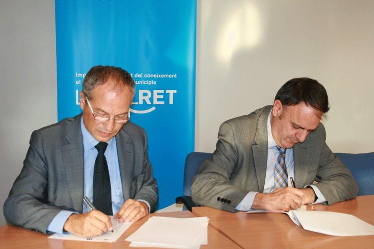 Carles Rossinyol (Diputació) i Valentí Junyent (Localret) en la signatura del conveni realitza a la seu de Localret el 3 d'octubre del 2014