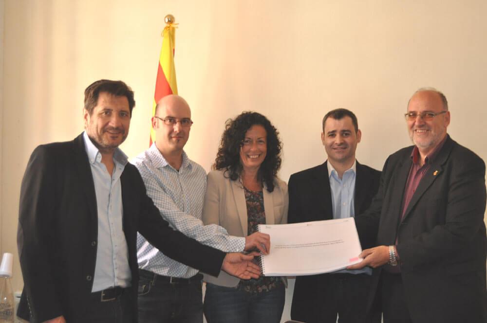 Representants de l'Ajuntament de Sant Feliu, Diputació de Barcelona i Localret amb el projecte executiu (Fotografia de l'Aj. de Sant Feliu de Llobregat)