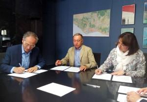 Antoni Poveda, Sònia Recasens i Carles Rossinyol en la signatura de l'acord. (Foto: Susana Burgos, Diputació de Barcelona)