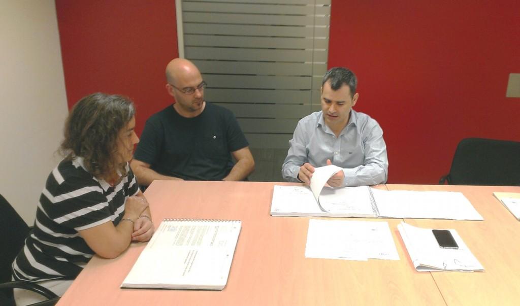 El cap de l'Àrea d'Infraestructures, Mauro Soto, i el tècnic de Localret. Xavier Bayot, lliuren el projecte a l'arquitecta Magda Suñer de l'Ajuntament de Sant Vicenç de Castellet a la seu del Consell Comarcal del Bages