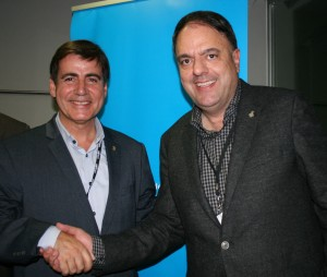 Encaixada de mans entre Xavier Fonollosa, nou president de Localret, i l'anterior, Valentí Junyent