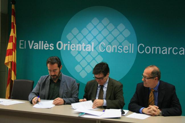 David Ricart, president del CC del Vallès Oriental, i Xavier Fonollosa, president de Localret, signen el conveni en presència de Xavier Furió, director general de Localret