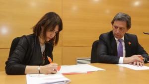 L'alcaldessa de Gavà signa el conveni de col·laboració amb Orange (Fotografia de l'Ajuntament de Gavà)