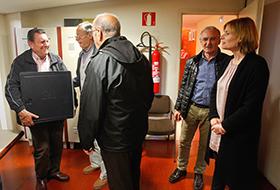 Lliurament dels ordinadors a la Sala de Plens de l'Ajuntament de Sant Boi (Fotografia del web municipal)