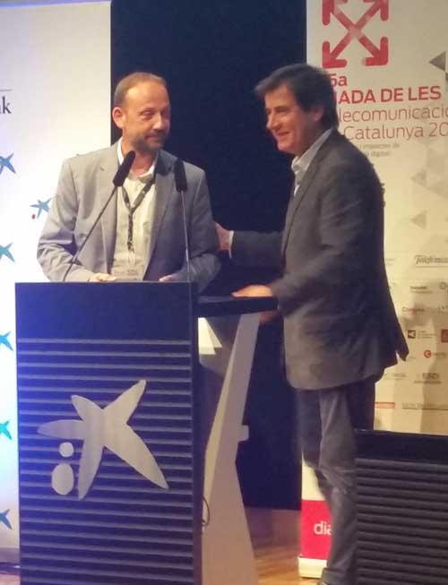 Jordi Liarte de Wayra, rep el premi a la Iniciativa Digital atorgat per GrausTIC de la mà de Xavier Fonollosa, president de Localret