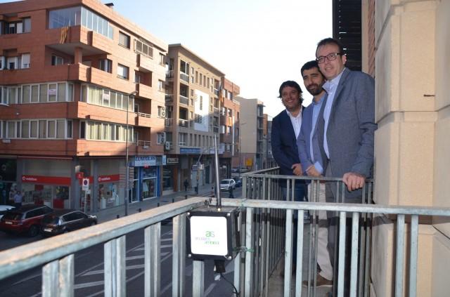L'alcalde de Mollerussa, el secretari de Telecomunicacions i el director de  l'empresa Acústics Ambient, davant d'un sensor instal·lat