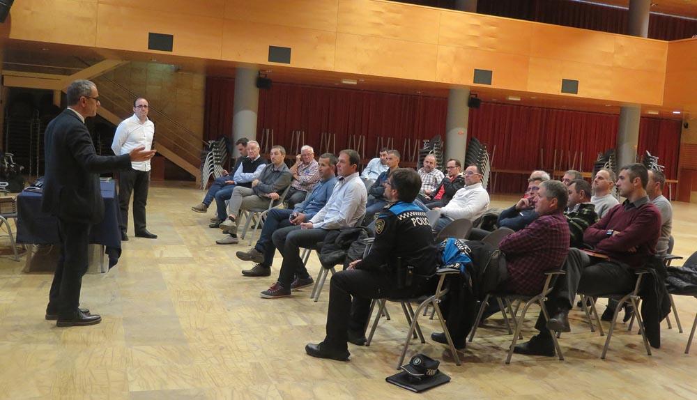 Reunió a Alcarràs per a mostrar el sistema de vigilància rural amb càmeres (Fotografia de l'Ajuntament)